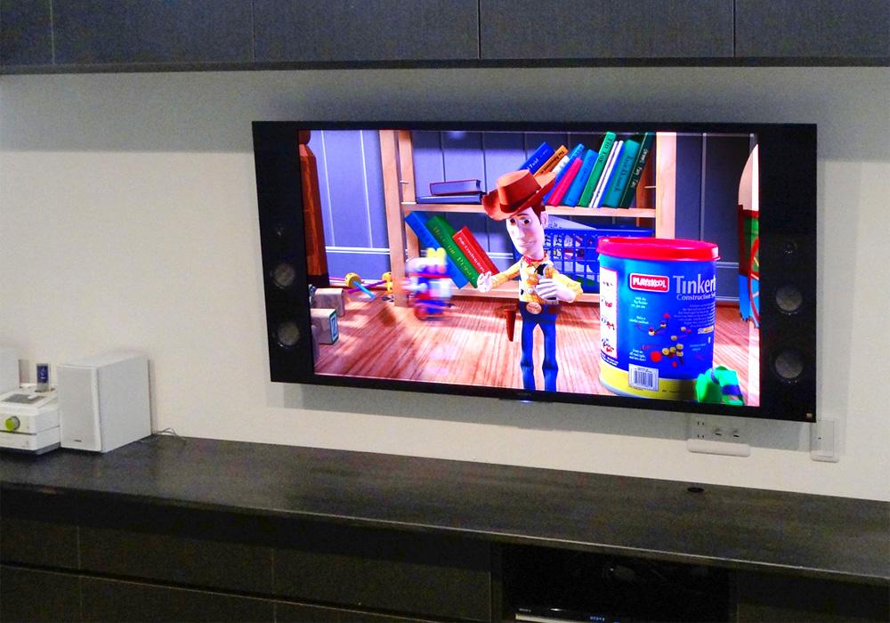上下を家具に差まれた場所での壁掛けテレビ施工事例