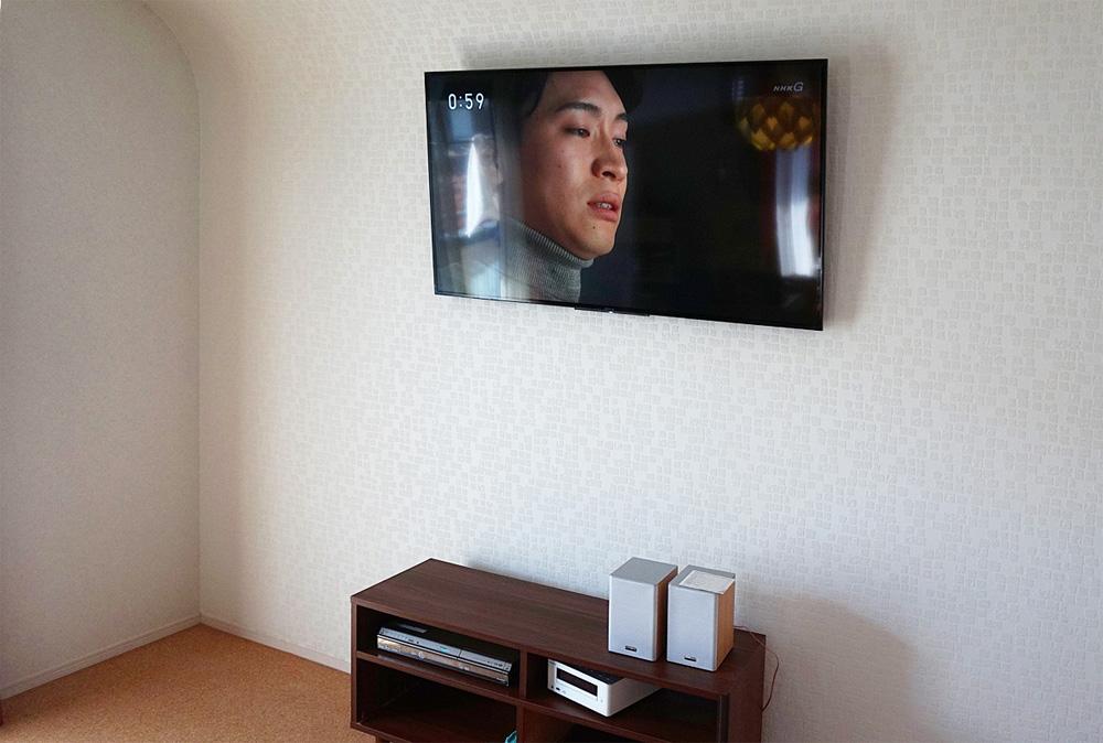 天井から壁がカーブしているお部屋で壁掛けテレビ