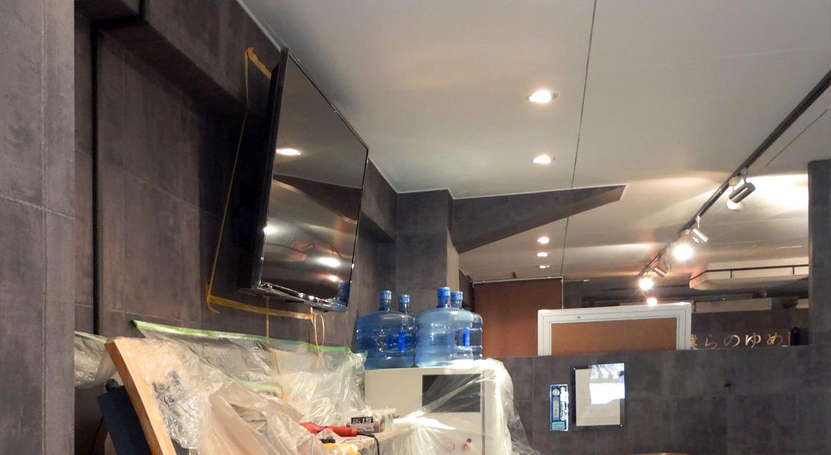 テレビを壁面に取り付けたところ。横から見た状態です。