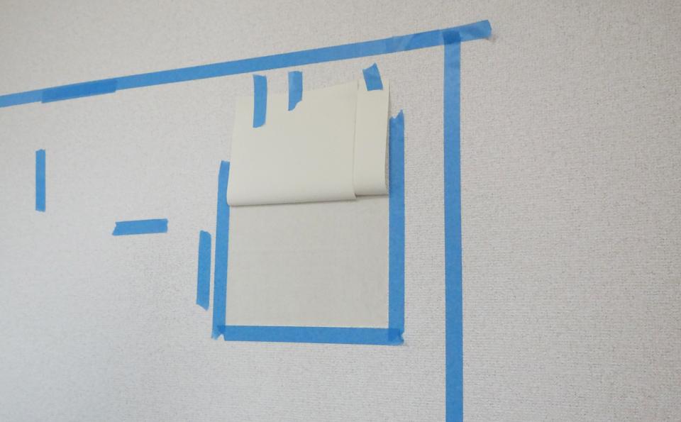 補強工事のための前準備。壁紙をめくったところ