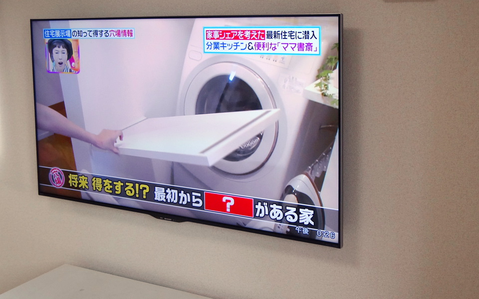 60インチのテレビをクロス壁に壁掛けした直後の写真