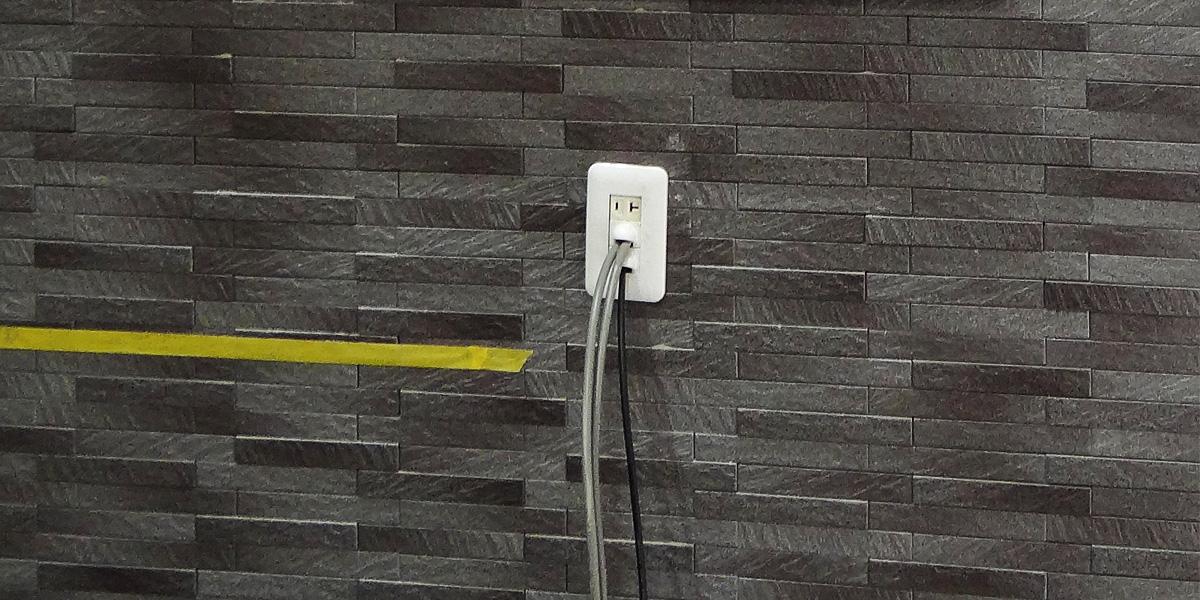 エコカラットの壁にコンセントパネルを新しく設置しました。電気工事士の資格を持つスタッフが担当です。