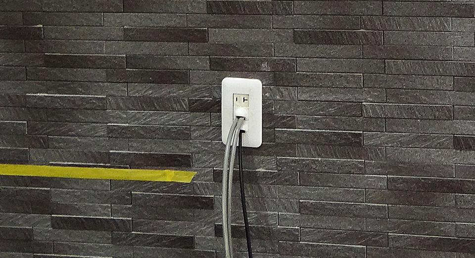 エコカラットの壁に開口部を設けてコンセントパネルを新設した例