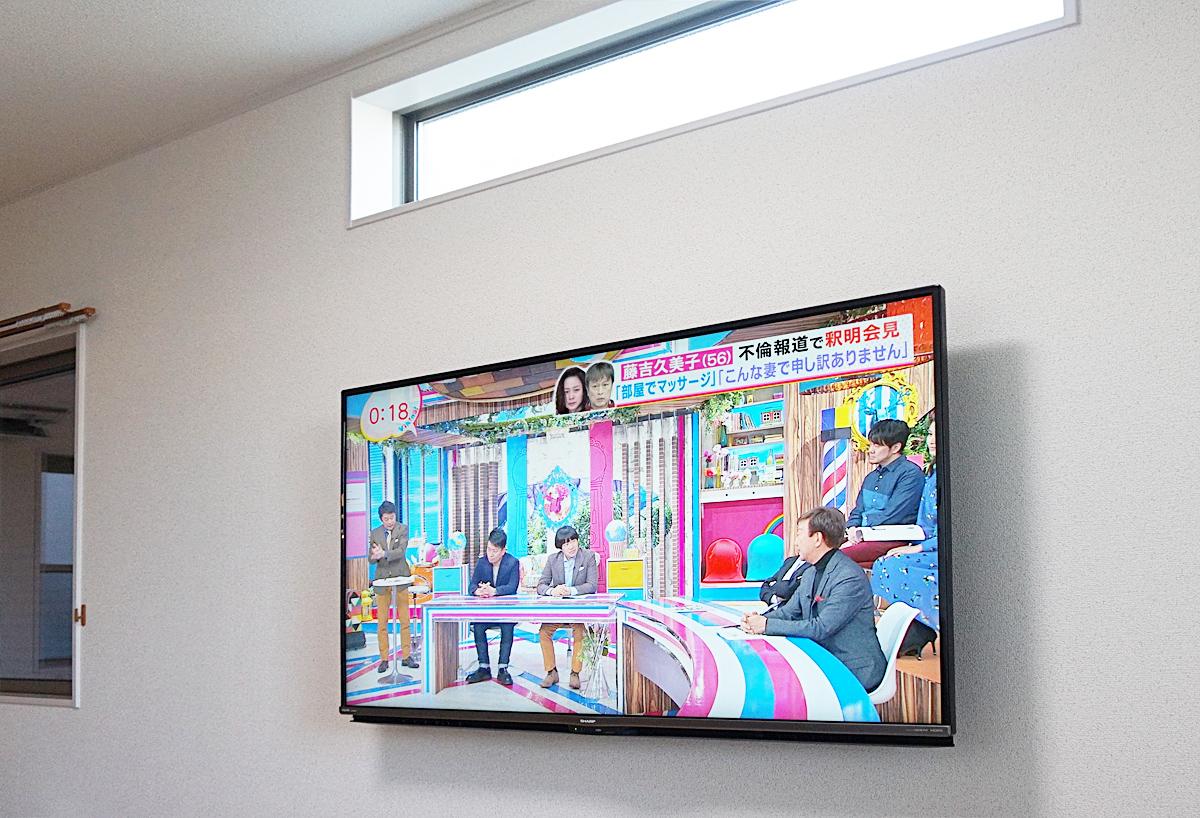 愛知県刈谷市で石膏ボードの壁に55インチ液晶テレビを壁掛け