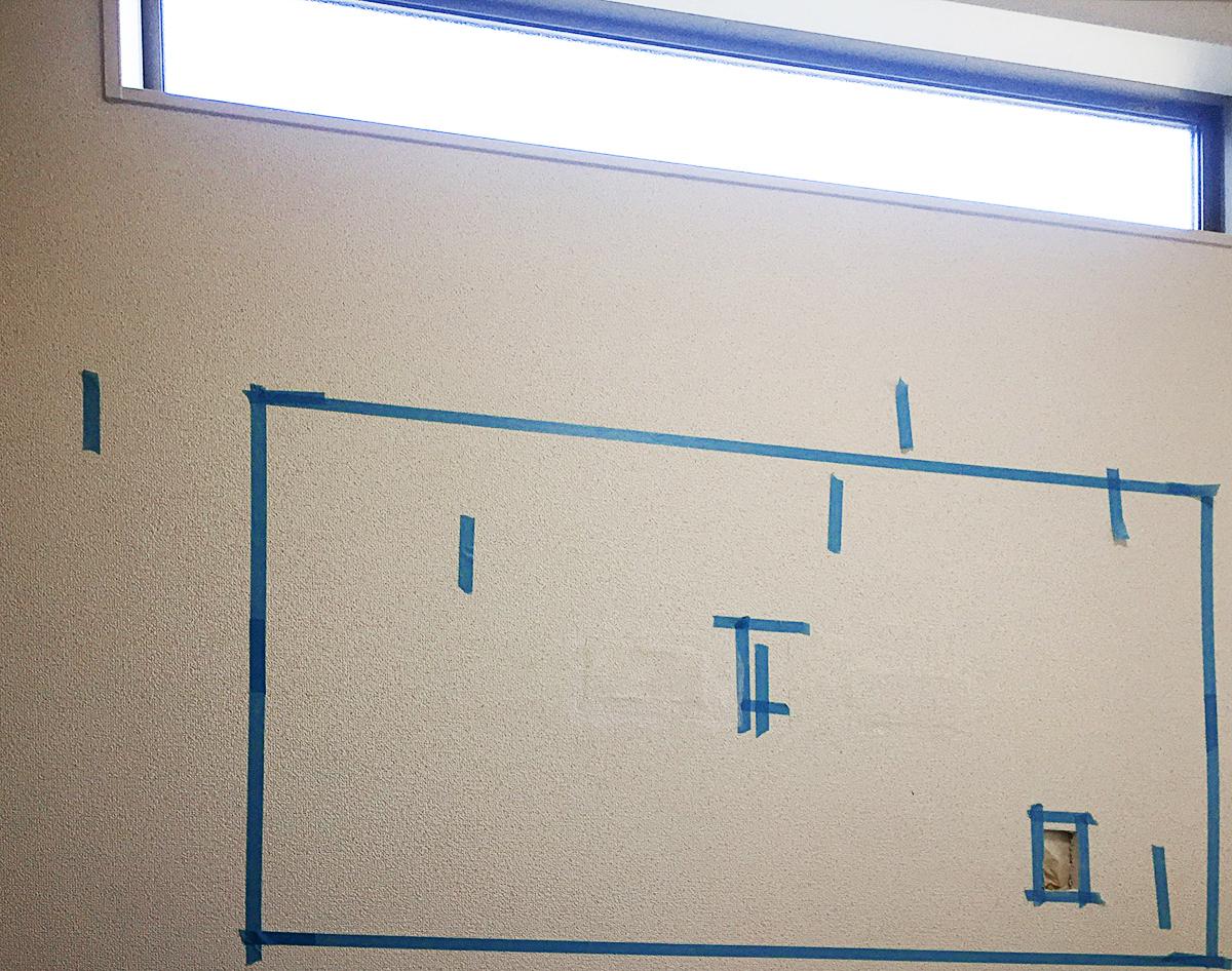 壁にコンセントパネル用の穴を開けたところ