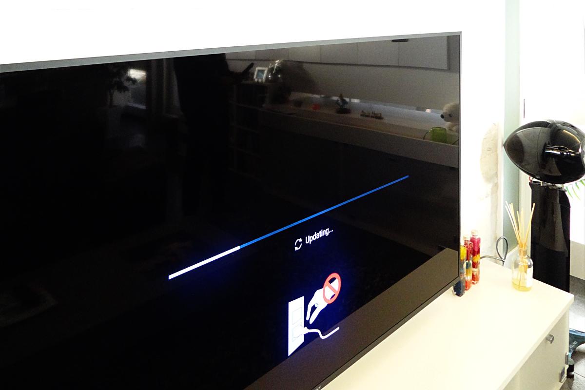 タイル壁に取り付けた直後のSONY液晶テレビ Z9D