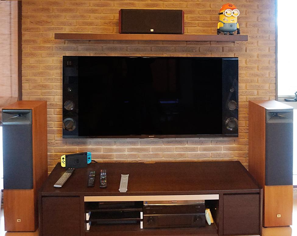タイルの壁に液晶テレビを壁掛け施工しました。
