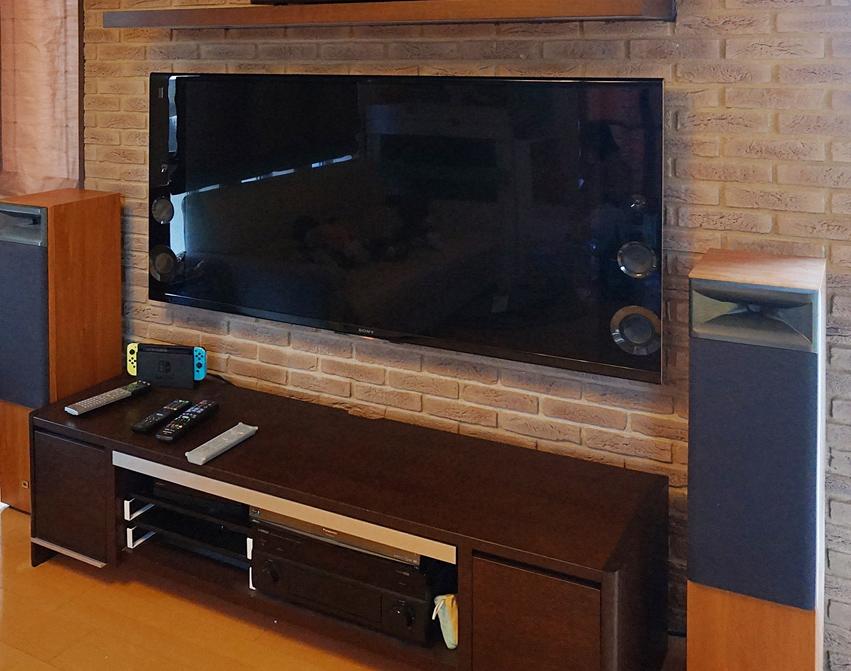 テレビを壁掛けにして多数のAV機器を下部に格納