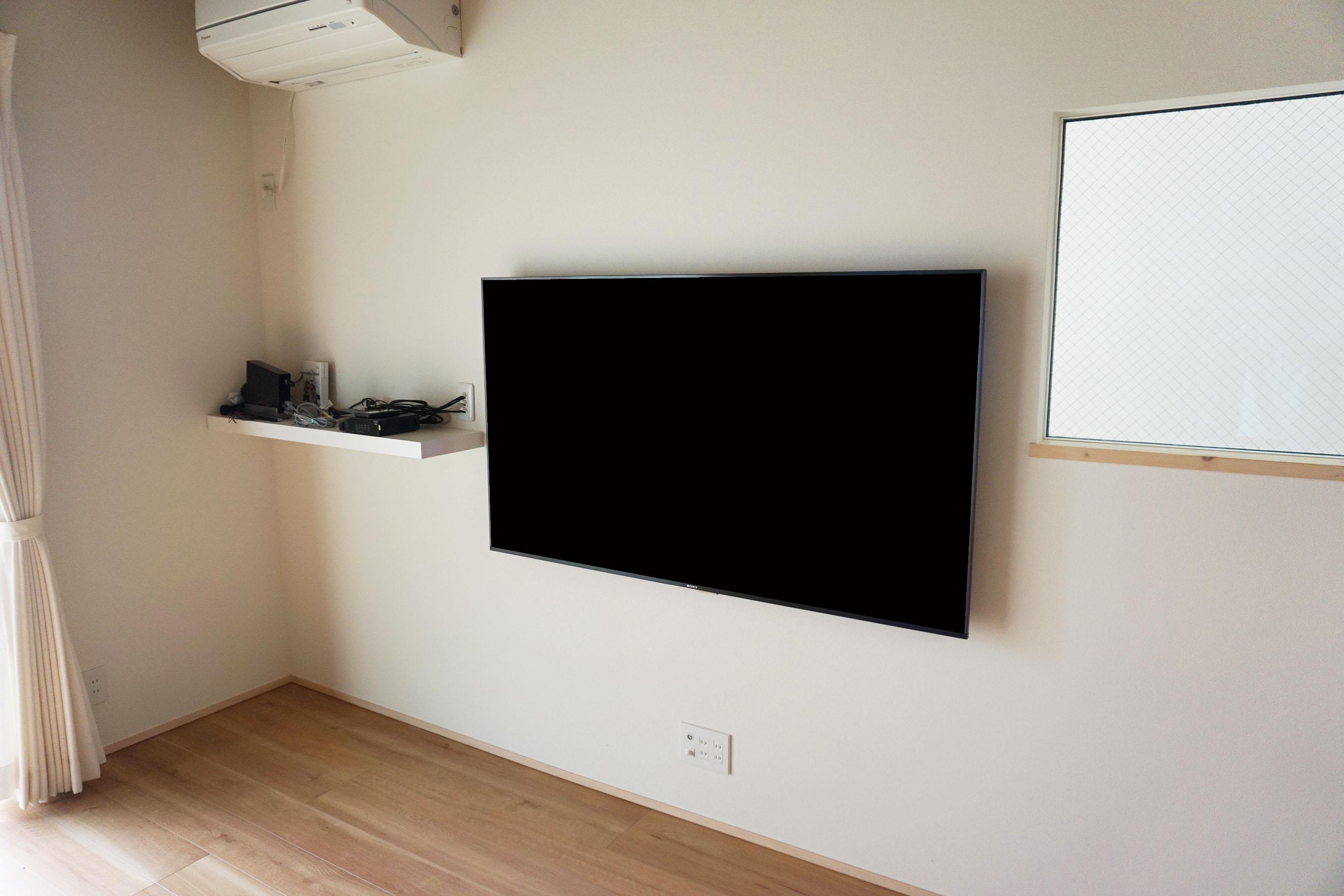 棚シェルフをテレビの横に設置した例