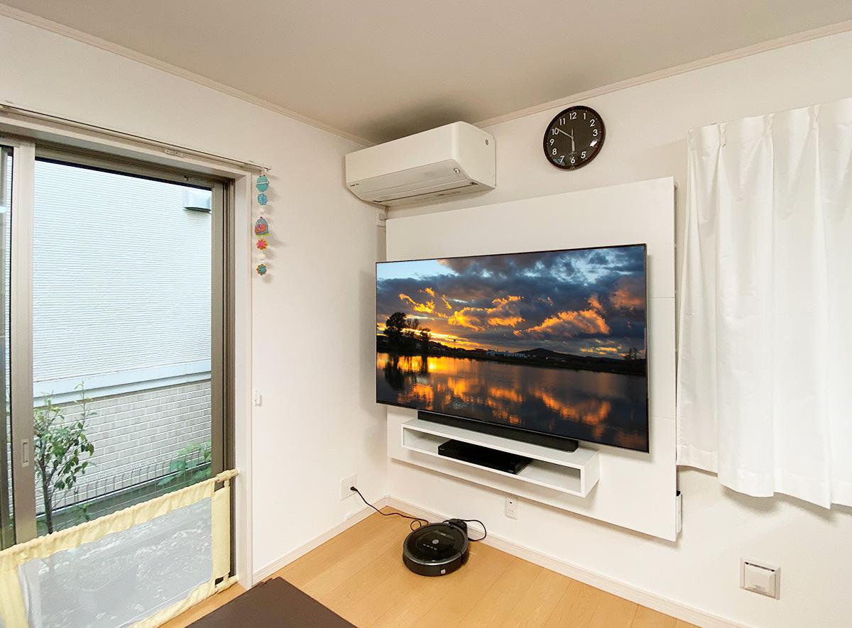 フロートテレビボード「SORA」と65インチテレビとルンバ