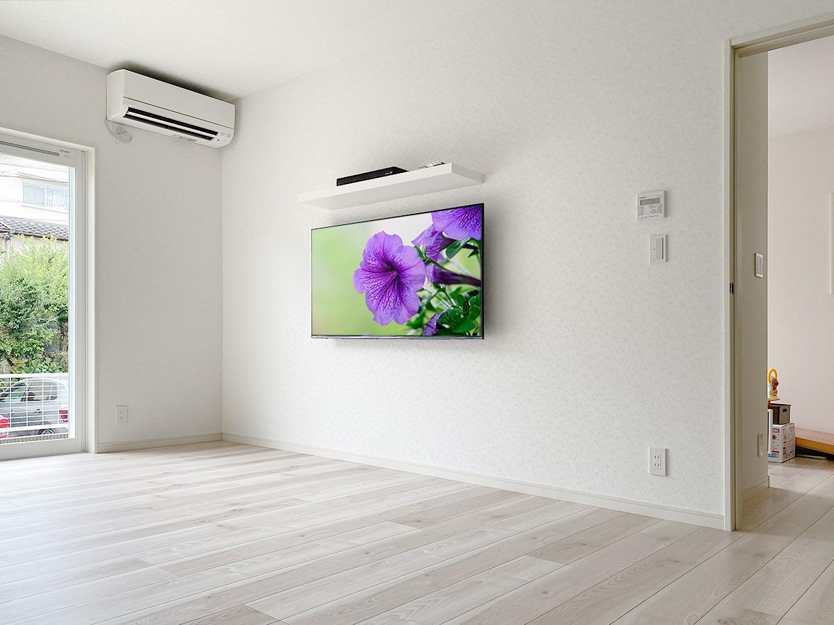 55型液晶テレビとレコーダー置き場として棚を設置した施工例