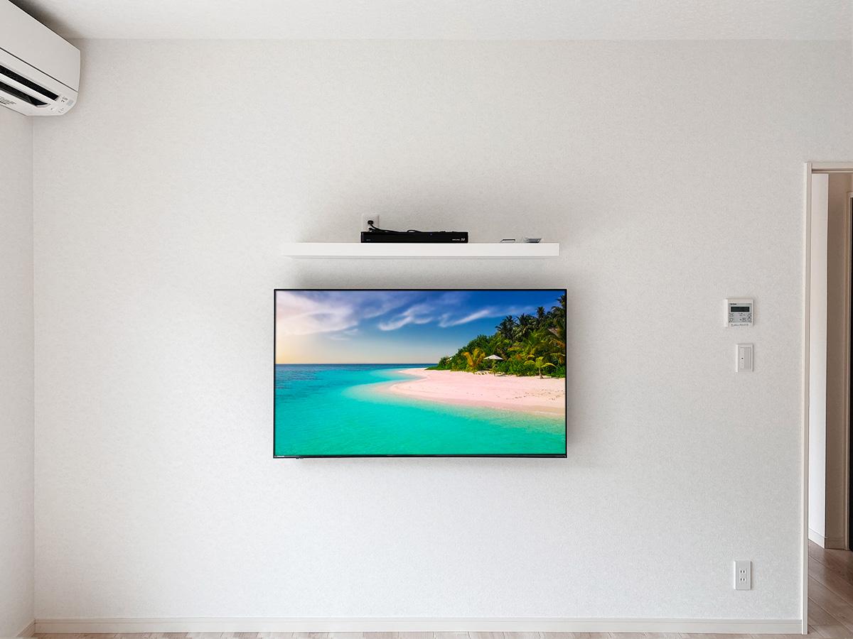 正面から撮影。壁面の中心にテレビ。もちろん棚もテレビと揃えます。