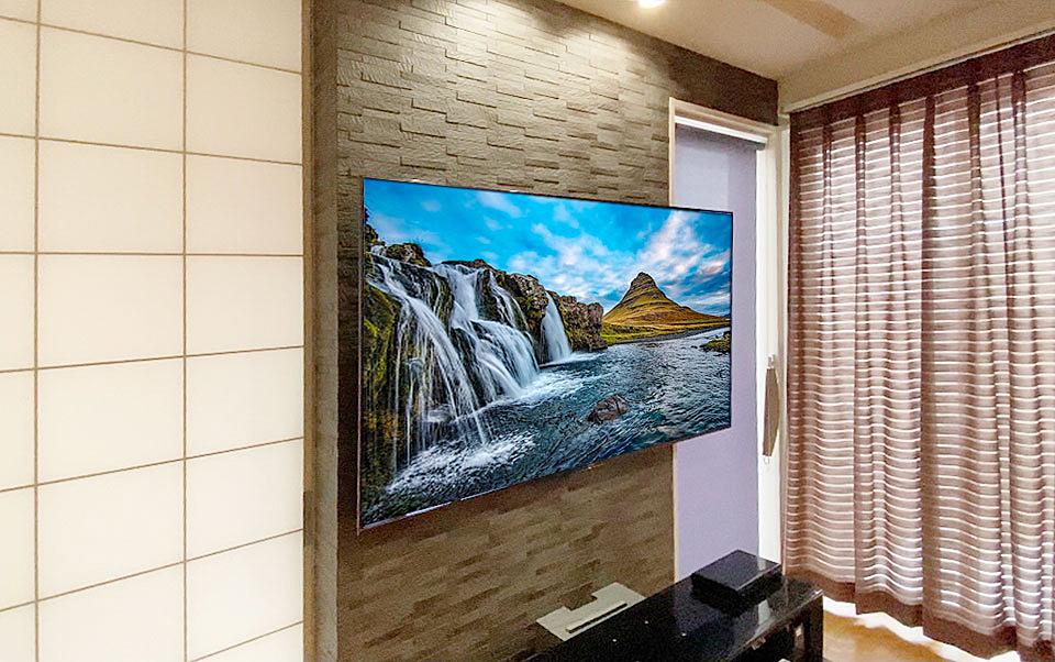 鹿児島県南九州市で75インチの液晶テレビをエコカラット壁に壁掛け。壁掛け工事は南九州市の協力会社が担当