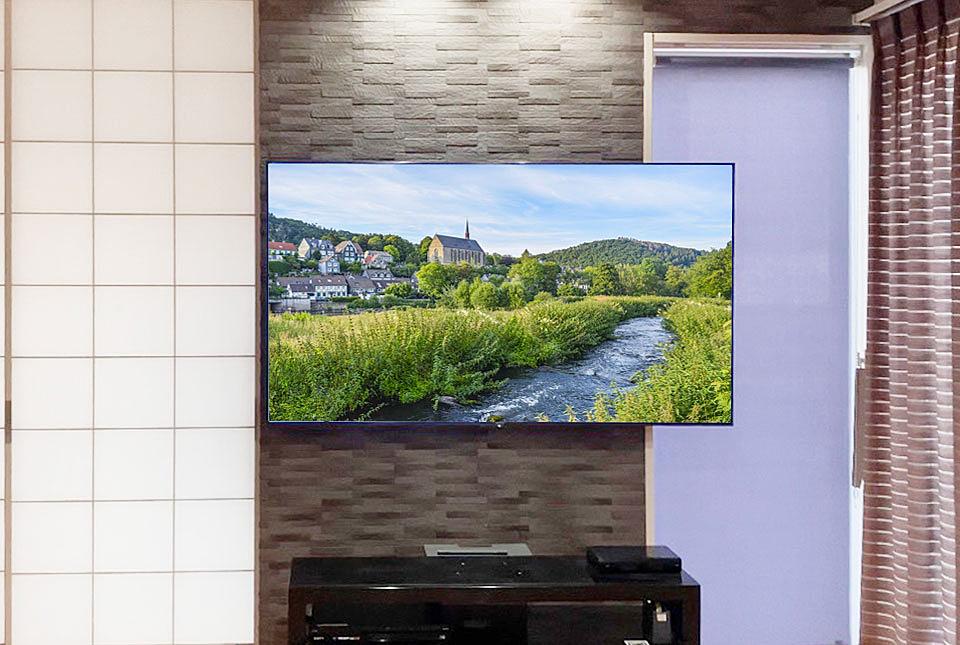 鹿児島市の協力会社によるエコカラット壁へのテレビ壁掛け工事例